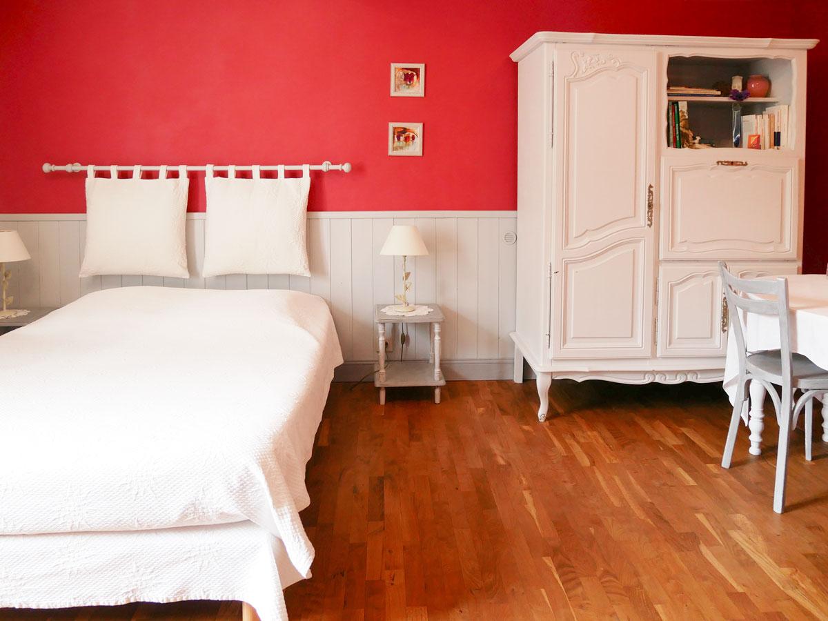Rouge Dans Une Chambre chambre rouge   chambre d'hôtes la croze